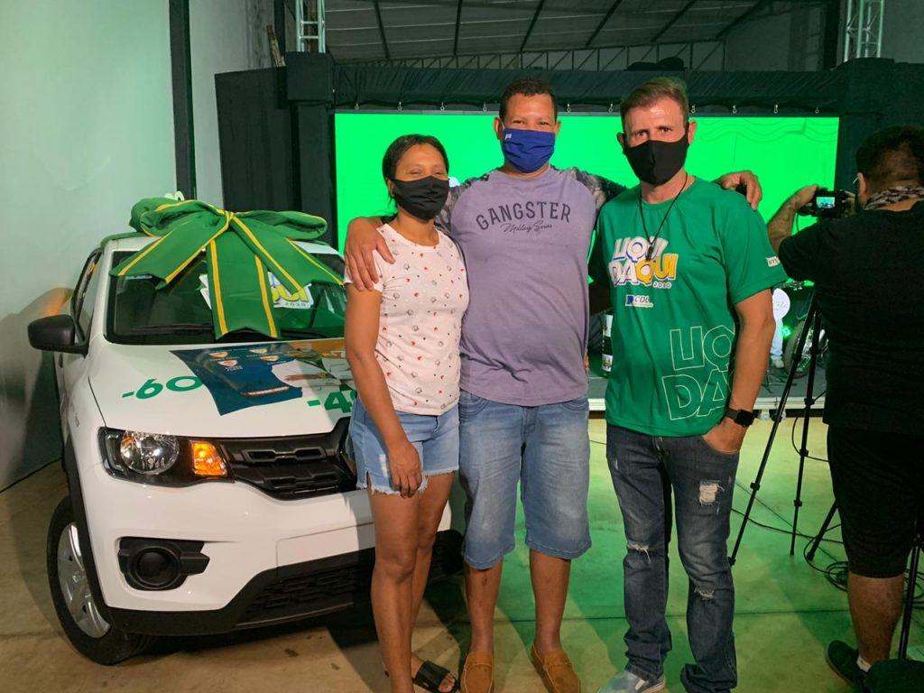 Erivaldo Santana Farias e a esposa Elineide participaram da festa de encerramento da Liquidaqui. Ele foi o ganhador do carro 0km.